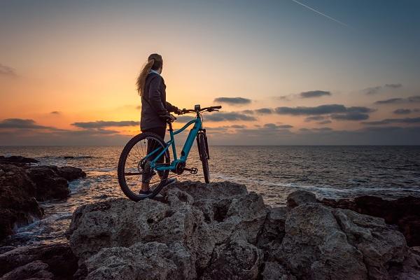 rower elektryczny na skałach